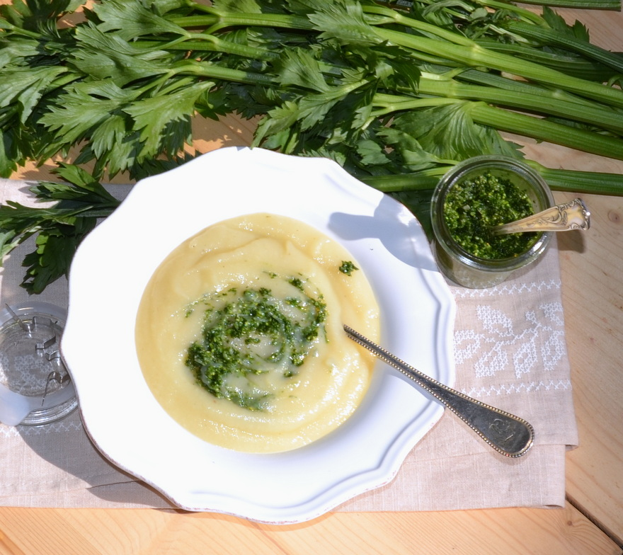 Selleriesuppe mit Pesto