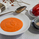 Cremige Suppe aus rotem Paprika
